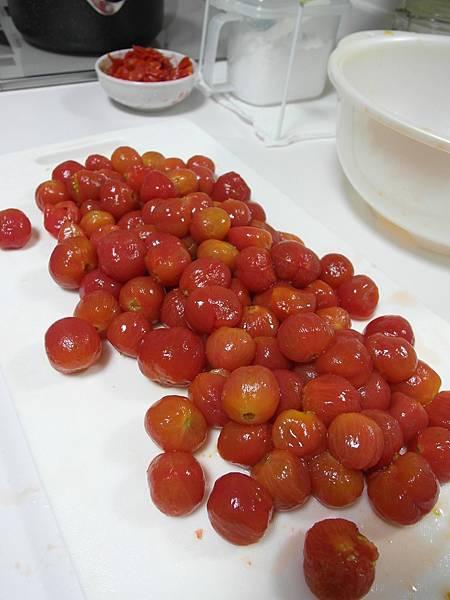 多虧小蕃茄大豐收~很費工的把皮全剝了,好像一顆顆的紅寶石!