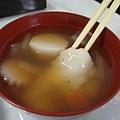 日本過年一定會吃的お雑煮,基本是用柴魚高湯煮一些根莖料或魚板,最後一定加入麻糬!