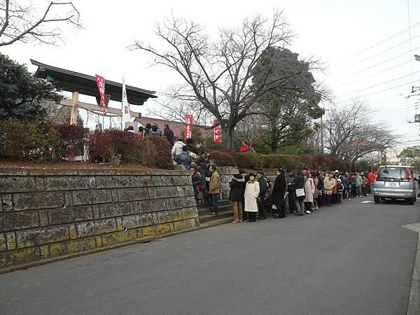 中午送婆婆去上班後就和公公去附近神社拜拜,因為是初詣所以小神社也要排隊