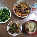 1/5 晚餐有炒波菜/和風牛肉油豆腐/漬鮪魚拌納豆/大根味噌湯