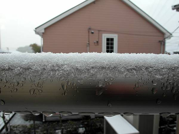 積了約1.5公分的雪,好像挫冰