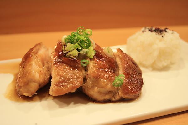 照燒雞腿肉,配上一小球醋飯,凡是吃過的人只有讚不絕口的好評價!