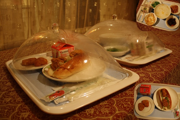 隔天送來的早餐;西式普通,壽星吃中式稀飯據說很對胃~