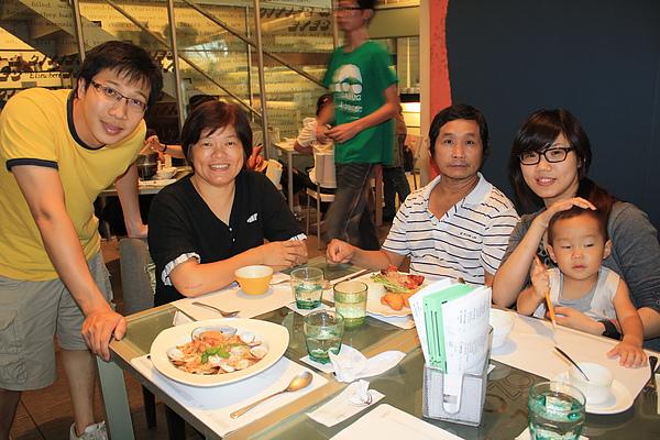 惠如的爸爸媽媽也一起來吃唷,二個人都很勾意,也祝惠如爸爸父親節快樂,身體狀況要越來越好!