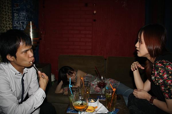 酒過一巡之後小酥十分認真地開始和我討論嚴肅話題, 小拖則倒在一旁不知道在想啥