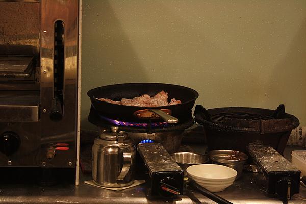 後方的鍋子裡似乎在煎雞肉