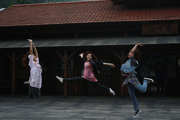 總有一天我們會跳到變成職業表演團體.........噗!