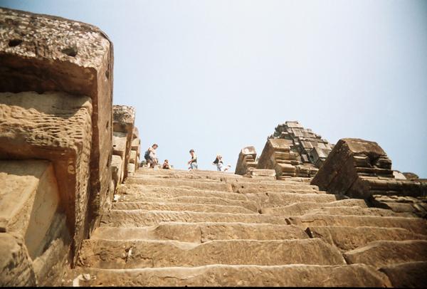 Ta Keo的大石階厚又高,爬到頂端馬上先休息再說!