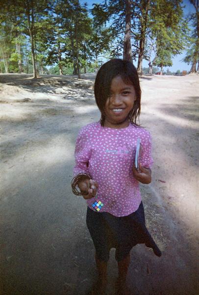 不買她的明信片,但我給她一個小小魔術方塊