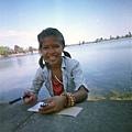 她是Ya 第一個給我們手環的女孩 正用送她的本子要畫花送我們