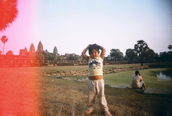 Angkor Wat(小吳哥)前水池畔的小胖女娃~~