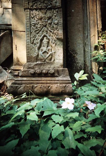 柱子底下的佛祖交叉著雙腿合掌,刻得好傳神