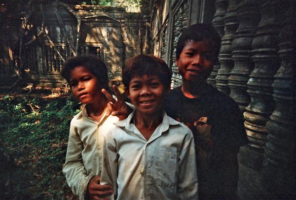 三個小朋友突然帶我們爬上爬下超刺激 但事後收6塊美金 謝謝