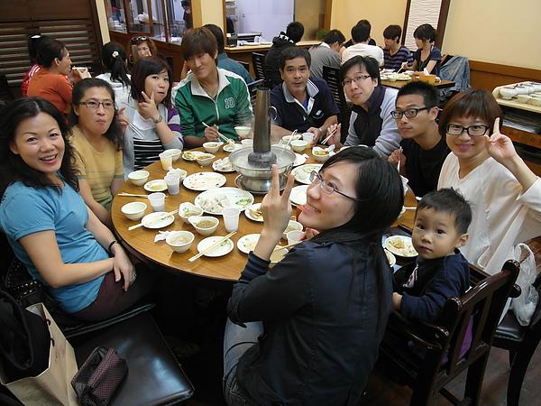 11/3 今晚大家聚在一起吃劉家酸菜白肉鍋,值得注目的是穿綠外套的阿瑞仔(請用台語發音!