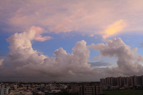 回到家看到的天空一樣藍,白雲一樣千變萬化,遠方似乎在下雨呢!