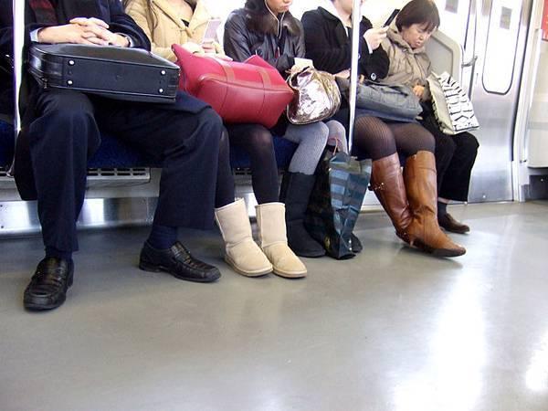 雪靴真是爆夯,除了定番的馬靴和毛毛靴,今年加入UGG雪靴款