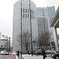才離開就看到對面有棟有趣的圓柱狀建築物,本以為是哪棟辦公大樓
