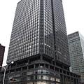 新丸之內大樓採用黑色架構,密密麻麻的玻璃窗格令人眩目