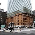 下面復古橘紅磚牆上方卻是現代大樓建築是三菱UFJ信託銀行本行