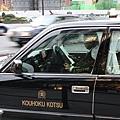 計程車司機沒載客的時候都在幹嘛?這位司機在讀觀光資訊做功課呢