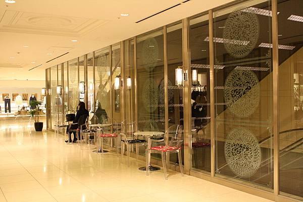 每樓層的手扶梯旁的設計都不相同,也放椅子讓大家逛累休息用
