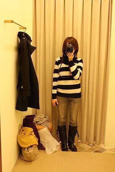 部份冬裝打折,不少女生優雅卻又眼神銳利快速地挑了一堆衣服