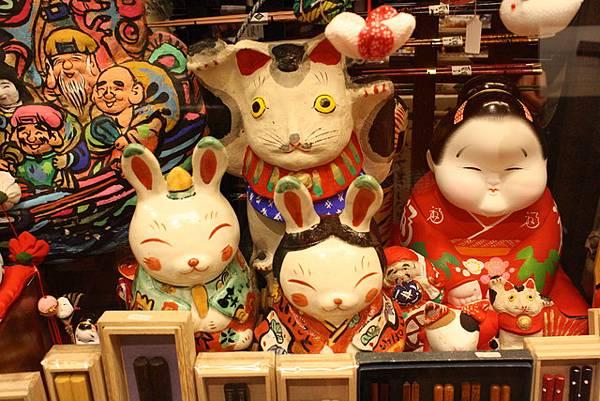 喔!!!小兔兔超可愛的拉!!!是在賣什麼呢?