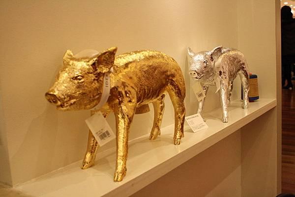 這是用死去小豬仔做模型製成的超逼真小豬存錢桶