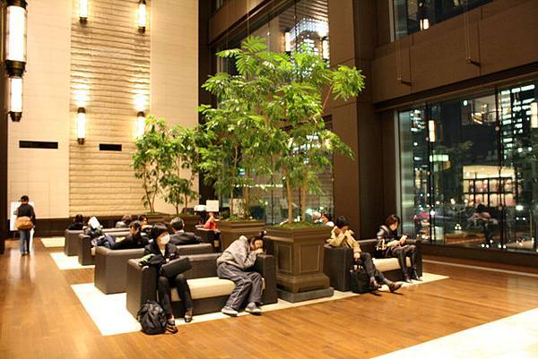 館內還有挑高三樓高的休息兼鋼琴演奏空間喔!