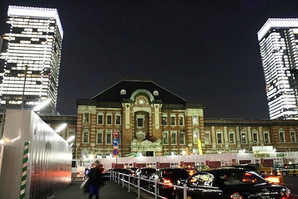 逛一下新丸沒想到就天黑了,車站後面的二棟辦公大樓閃得不得了啊