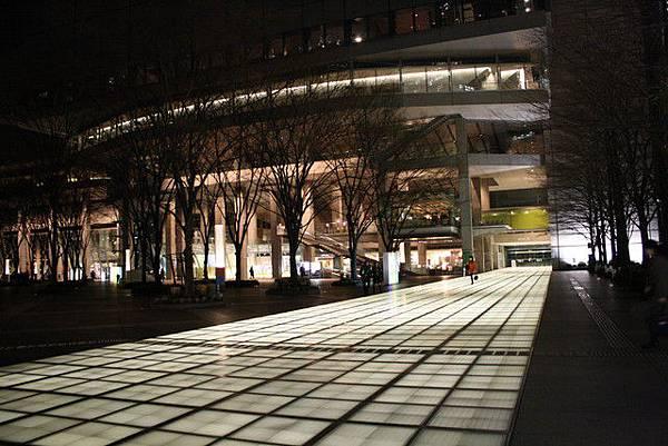 一來這裡就被大廳跨中庭往A館方向延伸的光步道給嚇到