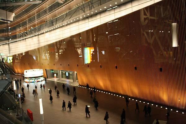 國際會議中心的大廳,造形像柳葉一樣美麗特別,人好小像模型一樣