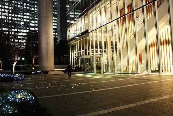 下午經過的PCP丸の内大廳前的地面上,晩上點了燈閃閃發亮呢!