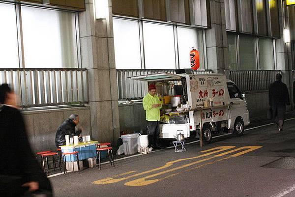 葉大師辦公大樓路邊的貨車拉麵路邊攤,葉大師說還不錯吃喔!