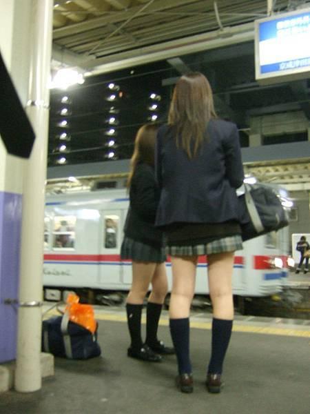 轉搭另個系統的電車要回家。我遇到女高中生總是手癢想偷拍呀