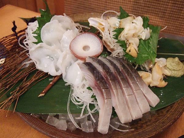 右下是稍微將竹莢魚醃漬過微微熟成的生魚片,也是超好吃!