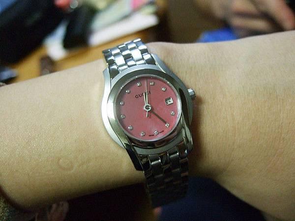 送的是很可愛的粉紅珍珠貝母腕錶!!!喜歡喜歡~