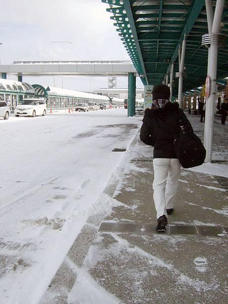 大師踏出機場大門馬上大叫好冷啊!然後去找搭到市區的巴士