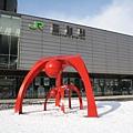 函館車站前面有一個巨大的紅色母子雕像