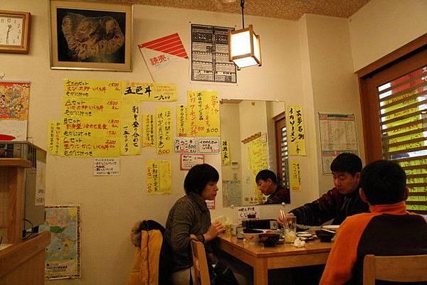 裡面小小間,牆上貼了好多海鮮丼怎麼辦我都想吃啊...!!!
