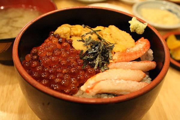 亮的鮭魚卵蟹肉海膽丼飯,和我的差不多好吃!哈~