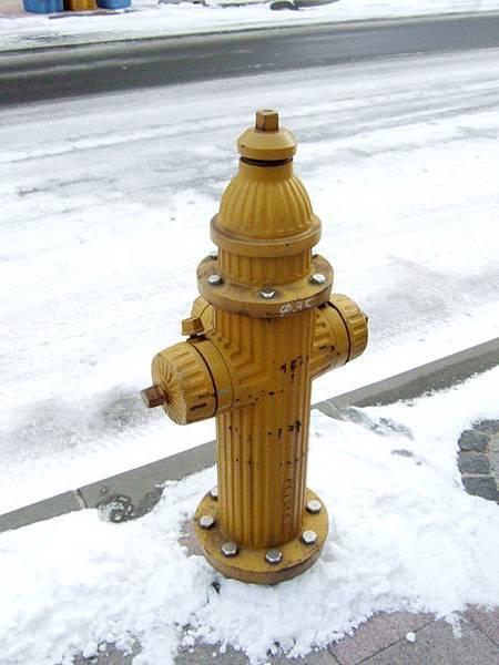 函館從72年前開始使用這種三口式黃色消防栓,很特別~