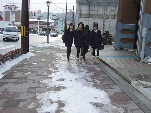 喔~來了一群穿絲襪的女高中生,看得見肉色表示蠻薄的,不冷咩?