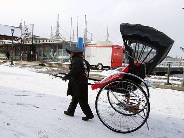 沒想到這裡也有人力車伕,真是辛苦了這麼冷還得拉車招攬客人