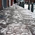 人行道的雪被掃掉了,但還是有薄薄一層,被大家踩過後變得很滑