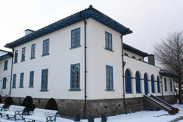 舊英國領事館外觀是帶點米白色的牆與帶一點點點綠的藍色
