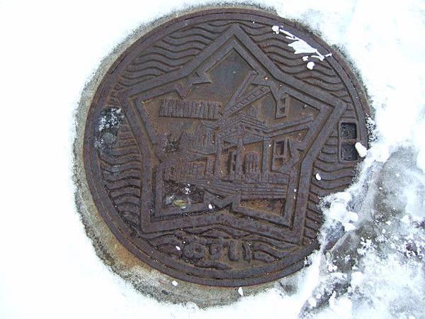 發現旧函館区公会堂加上五星造形的污水蓋!