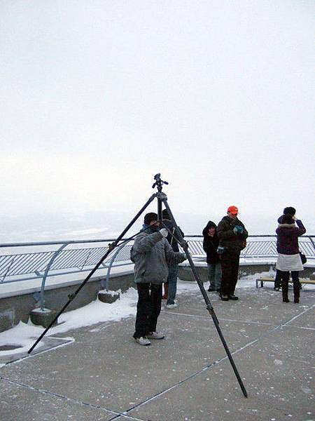 一到函館山,馬上就衝到屋上展望台。這支腳架也太大支了吧!