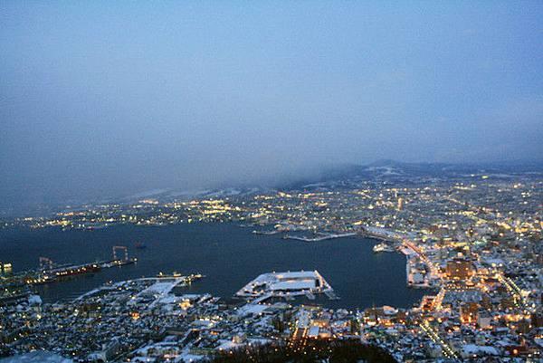 今天冷歸冷天氣還真是不錯!西邊的函館海灣一覽無遺