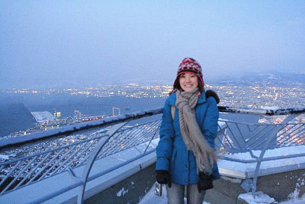鄭重介紹,我身後的函館市夜景是世界三大夜景之一喔!